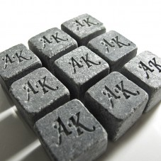 Гравировка инициалов на камнях для виски