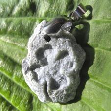 Камень с гравировкой рисунка четырехлистного клевера